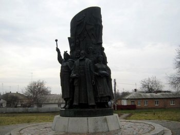 Памятник воссоединения Руси перед Успенским собором