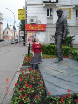 У памятника Вампилову в Иркутске